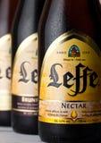 LONDON, GROSSBRITANNIEN - 10. MÄRZ 2018: Kalte Flaschen Leffe-Bier Leffe wird von Abbaye de Leffe in Belgien gemacht Lizenzfreies Stockfoto