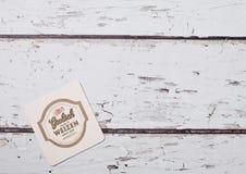 LONDON, GROSSBRITANNIEN - 22. MÄRZ 2018: Lager-Bier Grolsch erstklassiges ursprüngliches beermat Küstenmotorschiff auf Holz Stockbilder