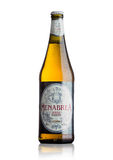 LONDON, GROSSBRITANNIEN - 15. MAI 2017: Flasche Menabrea-birra blonda erstklassiges Lager-Bier auf Weiß Italienisches Bier Stockfotografie