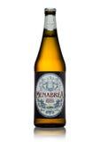LONDON, GROSSBRITANNIEN - 15. MAI 2017: Flasche Menabrea-birra blonda erstklassiges Lager-Bier auf Weiß Italienisches Bier Lizenzfreies Stockfoto