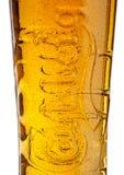 LONDON, GROSSBRITANNIEN - 29. MAI 2017: Kaltes Glas Carlsberg-Bier auf Weiß Dänische brauende Firma im Jahre 1847 gegründet Stockfotos