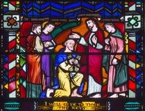 LONDON, GROSSBRITANNIEN - 16. SEPTEMBER 2017: Der Christus, der St Peter auf dem Buntglas in Kirche St. Etheldreda die Schlüssel  Stockfotografie