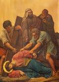 LONDON, GROSSBRITANNIEN - 17. SEPTEMBER 2017: Der malende Jesus-Fall unter das Kreuz als die Station des Kreuzes in der Kirche Lizenzfreies Stockbild