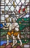 LONDON, GROSSBRITANNIEN - 17. SEPTEMBER 2017: Die Entfernung von Adam und von Eve vom Paradies auf dem Buntglas in Kirche St. Bar Lizenzfreie Stockbilder
