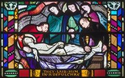 LONDON, GROSSBRITANNIEN - 16. SEPTEMBER 2017: Die Szene der Beerdigung von Jesus auf dem Buntglas in Kirche St. Etheldreda stockbilder