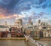 London. Härlig flyg- sikt av milleniumbro och St Paul C Royaltyfri Fotografi