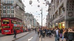 London Härskande gata, Oxford cirkus med massor av gångare och bilar, taxi på vägen Arkivbilder