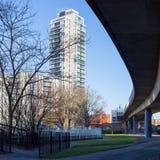 London-Highrise-Wohnblock und ein Viadukt, der in The Sun badet Lizenzfreie Stockfotografie