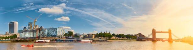 London horisont från den södra banken, panorama- tonad bild Royaltyfria Bilder