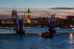 London horisont med den Hungerford bron och hus av parlamentet Arkivbild