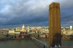 London horisont med det Tate Modern tornet i förgrund Arkivfoto