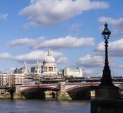 London horisont med domkyrkan för Blackfriars bro- och Saint Paul ` s Arkivbilder