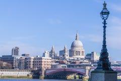 London horisont med domkyrkan för Saint Paul ` s Royaltyfria Bilder