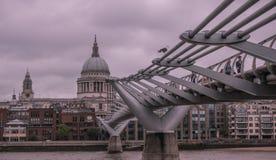 London horisont med milleniumbron fotografering för bildbyråer