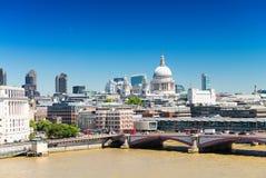 London horisont med St Paul Cathedral Arkivfoton