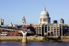 London horisont med Sts Paul domkyrka och milleniumbron Arkivbild