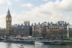 London horisont med Themsen för för Big Ben klockatorn och flod Royaltyfria Bilder