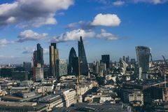 London horisont på lite molnig dag arkivfoton