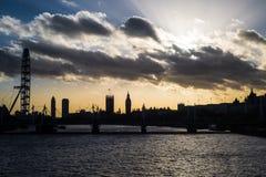 London horisont på solnedgången med det London ögat och Big Ben Arkivfoto