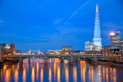 London horisontsolnedgång på Thames River royaltyfri fotografi