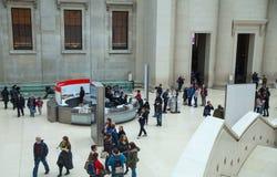 London Inre för brittiskt museum av den huvudsakliga korridoren med arkivbyggnad i inre gård Royaltyfria Foton