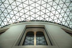 London Inre för brittiskt museum av den huvudsakliga korridoren med arkivbyggnad i inre gård Royaltyfria Bilder