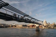 LONDON - JANUARI 27: Milleniumbro och St Pauls Cathedral I Arkivfoton
