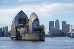 LONDON - JANUARI 10: Sikt av Themsenbarriären i London på Januari 10 Arkivbilder