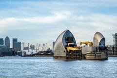 LONDON - JANUARI 10: Sikt av Themsenbarriären i London på Januari 10 Fotografering för Bildbyråer