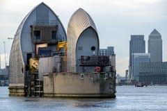 LONDON - JANUARI 10: Sikt av Themsenbarriären i London på Januari 10 Arkivfoto