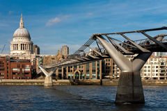 LONDON - JANUARY 27 : Millennium bridge and St Pauls Cathedral i Royalty Free Stock Images