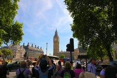 LONDON - JULI 15 2013: Big Ben och den huvudsakliga gatan i London på Juli 15 2013 i England Arkivbilder
