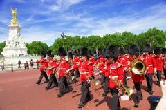 LONDON - JULI 15, 2013: Brittiska kungliga vakter utför ändra av vakten i Buckingham Palace på Juli 15, 2013 i London, U Arkivbild