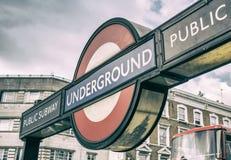 LONDON - JULI 2, 2015: Ingång London för underjordisk station Lond Arkivbild