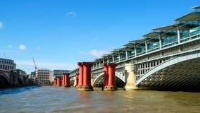 LONDON - JULI 27: Sikt av den Blackfriars bron i London på Juli Royaltyfria Bilder