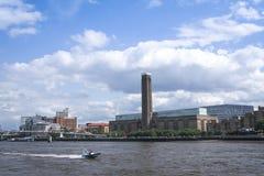 SpeedboatThames River tate moderna london Arkivfoton