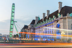 LONDON - JULI 1, 2015: Turister och trafik på Westminster Bridg Arkivfoto