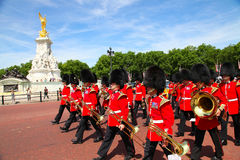 LONDON - JULY 17: British Royal guards perform the Changing of the Guard in Buckingham Palace on July 17, 2013  in London, UK Royalty Free Stock Photos
