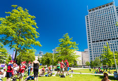LONDON - JUNE 11, 2015: Locals and tourists along Jubilee Garden Royalty Free Stock Photos