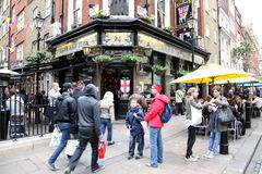 LONDON - JUNE 6: People and exterior of pub, for drinking and so Stock Photography