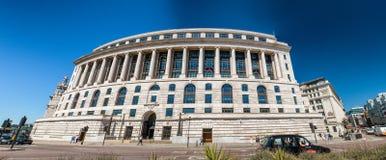 LONDON - JUNI 2015: Byggnaden för 100 Victoria Embankment i Lond Arkivfoto