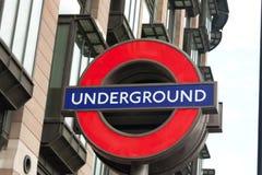 LONDON - Juni 15, 2013: den underjordiska drevlogoen på Westminste royaltyfri bild