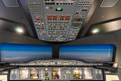 LONDON - 25. JUNI: Flugsimulator Airbusses A-380-800 in London O Stockfotos