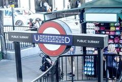 LONDON - JUNI 13: Ingång London för underjordisk station på Juni 13, Arkivbilder