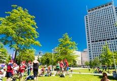 LONDON - JUNI 11, 2015: Lokaler och turister längs jubileumträdgård Royaltyfria Foton