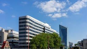 LONDON - JUNI 10: Moderna byggnader och ett gammalt järnväg företag S Royaltyfri Fotografi