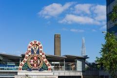 LONDON - JUNI 10: Moderna byggnader och ett gammalt järnväg företag S Arkivbild
