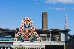 LONDON - JUNI 10: Moderna byggnader och ett gammalt järnväg företag S Royaltyfria Foton
