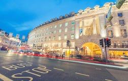 LONDON - JUNI 11, 2015: Natttrafik och turister i Regent Str Fotografering för Bildbyråer