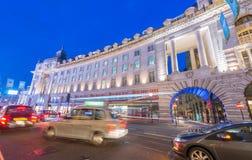 LONDON - JUNI 11, 2015: Natttrafik och turister i Regent Str Arkivbild